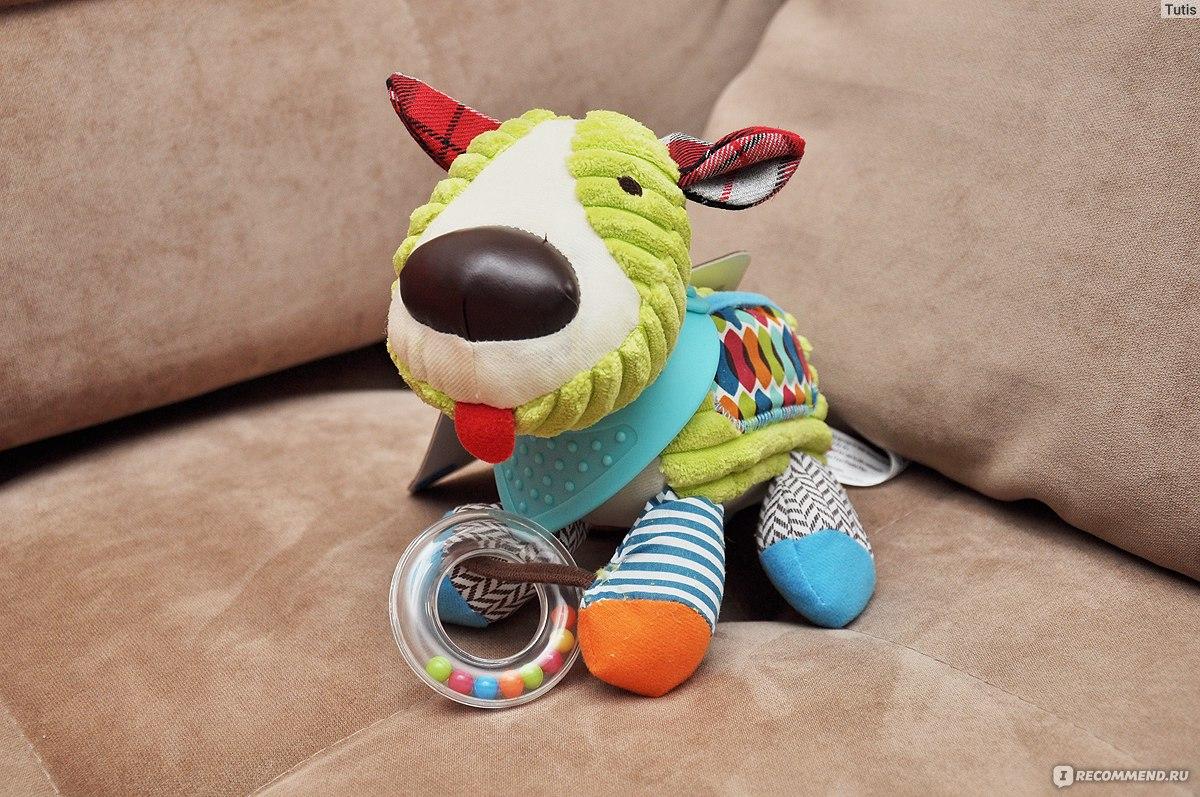 На шее у собаки, как у всех зверей из серии Bandana Pals, голубая бандана из приятного материала, напоминающего резину