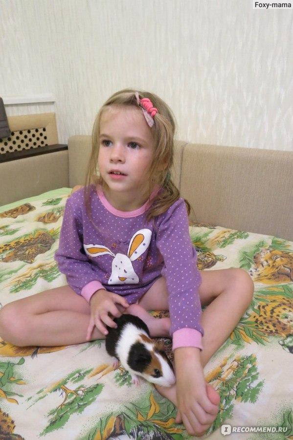 маленькая девочка ласкает свою попу