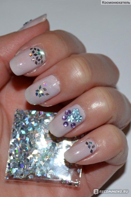 Голографические стразы на ногтях