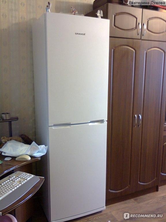 Холодильник в комнате