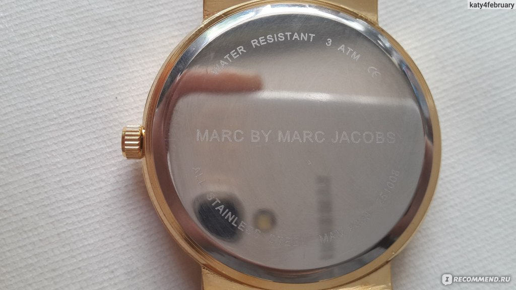 1f396b4eef3b Сзади циферблата указано, что часы сделаны из нержавеющей стали и являются  водонепроницаемыми.