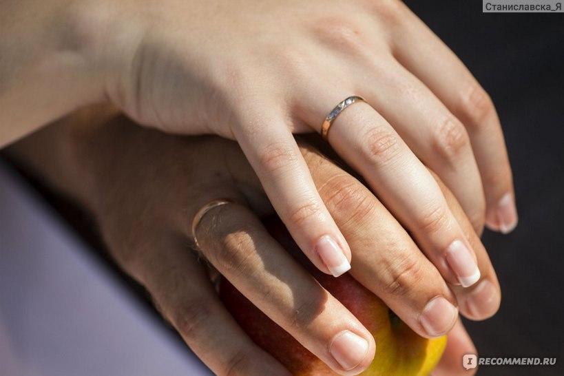обручальное кольцо с бриллиантом  на руке