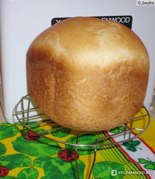 Сыворотку вливаю в чашу хлебопечки, добавляю соль, сахар и растительное масло.