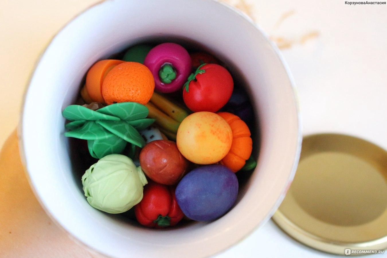 Голодная красотка играет с овощами