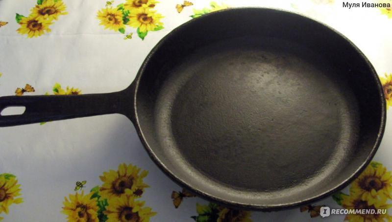 Почему прилипает еда к чугунной сковороде