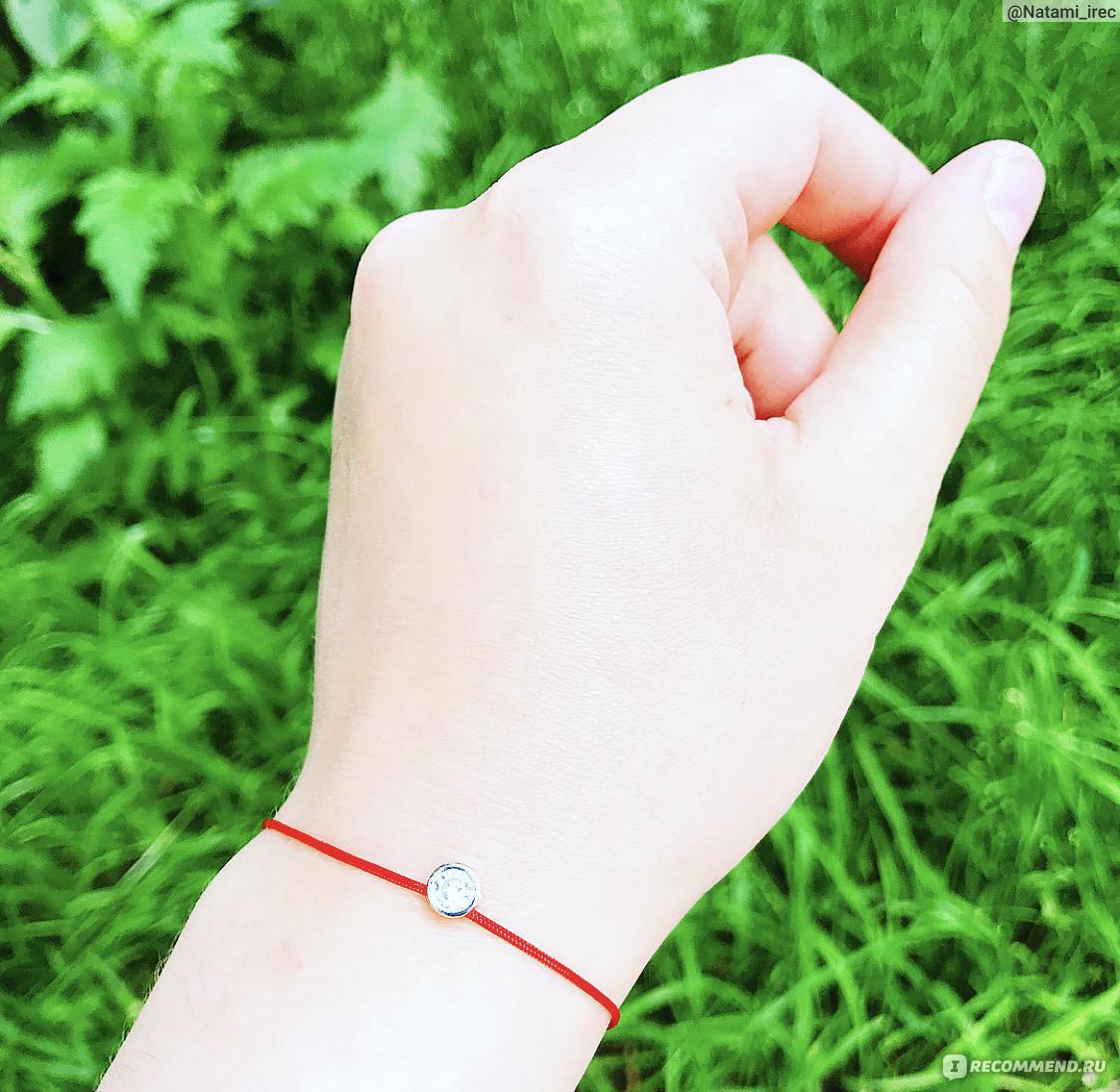 Красная нить на руке тату