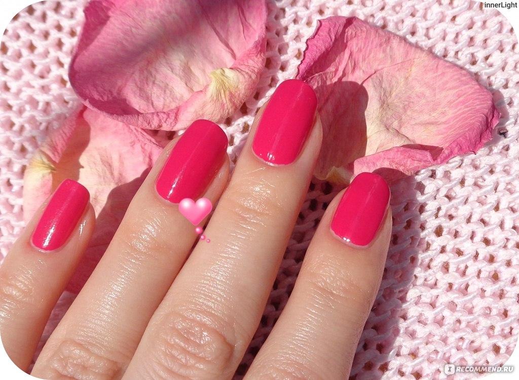 Лак для ногтей фуксия на ногтях