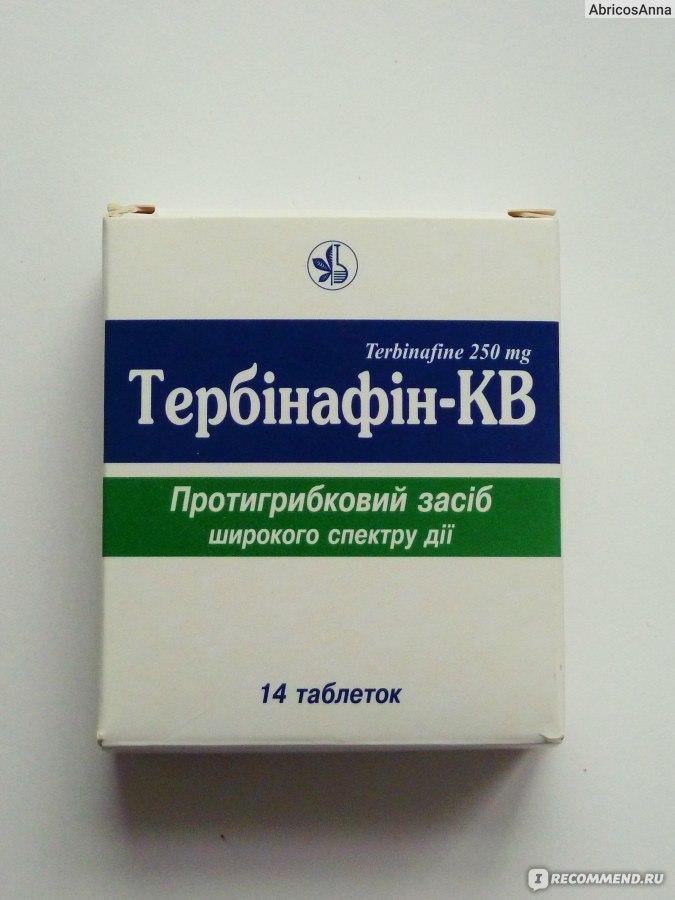 belaya-perhot-na-golove-v-volosah