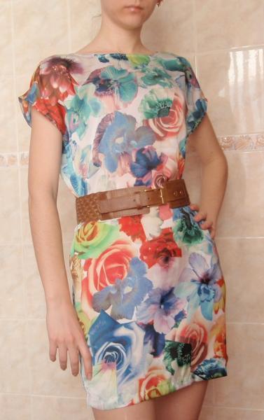 Сандалии под платье с цветочным принтом