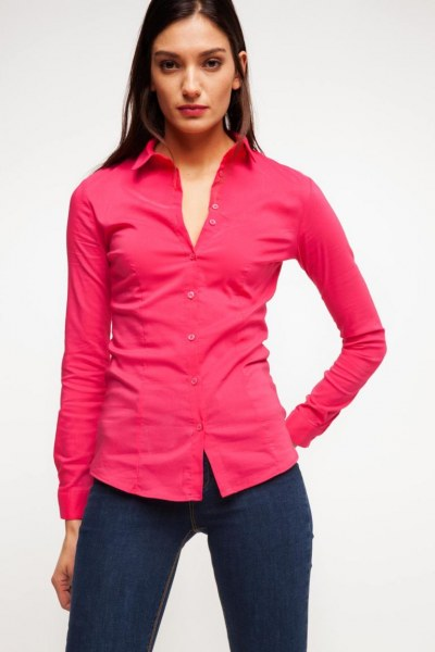 Задирает розовую блузку