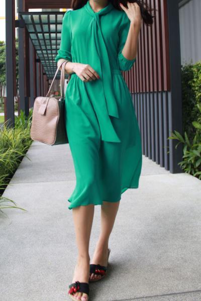 Платье зеленое по колено
